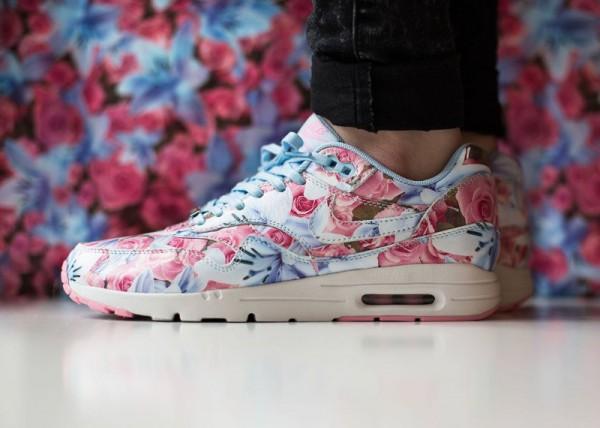 Nike Air Max 1 Ultra City Floral Paris (fleurs lys & roses) aux pieds (4)