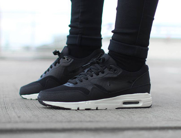 Nike Air Max 1 Ultra Essentials 'BlackSail' (noir) aux pieds (4