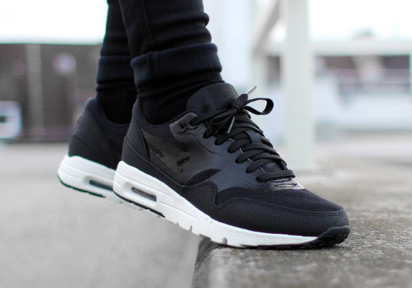 the latest b4f65 1e5b3 Nike Wmns Air Max 1 Ultra Essentials (Black   Black - Sail)