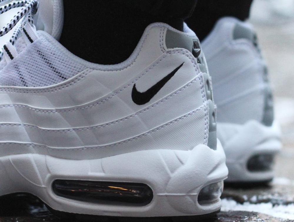 Nike Air Max 95 Black & White (noir et blanc) aux pieds (2)