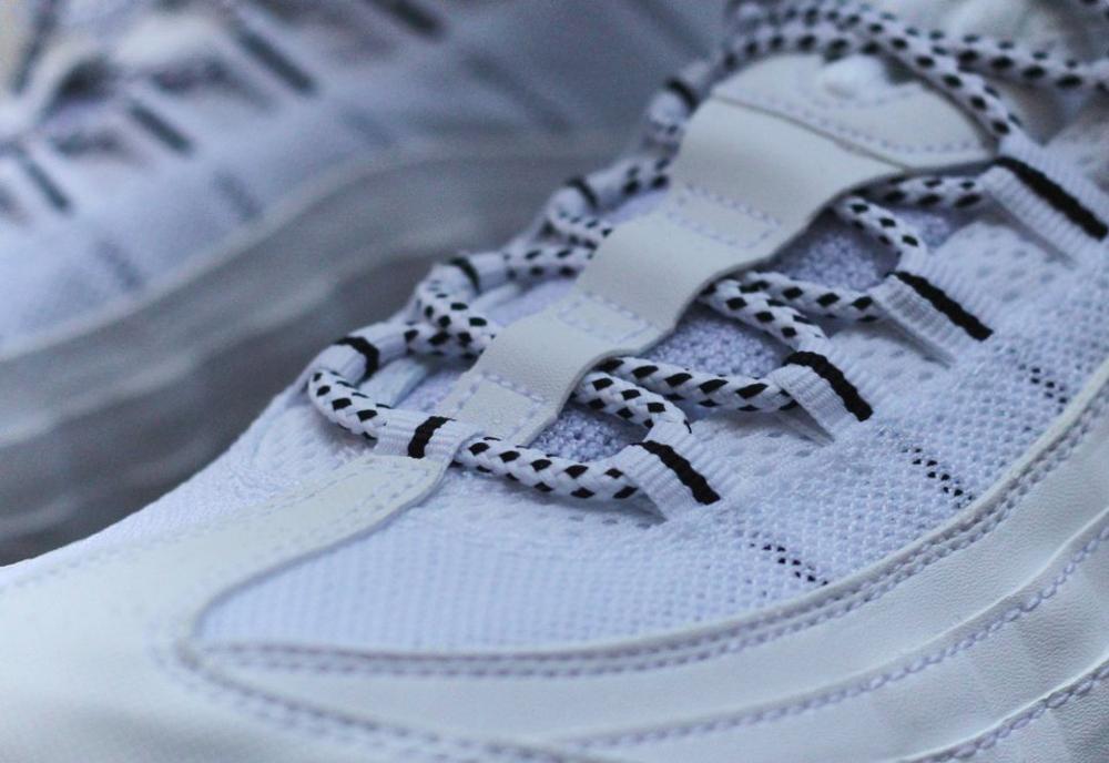 Nike Air Max 95 Black & White (noir et blanc) aux pieds (3)