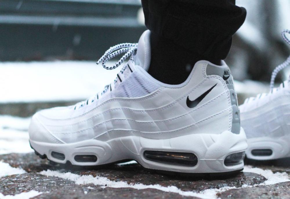 Nike Air Max 95 Black & White (noir et blanc) aux pieds (5)