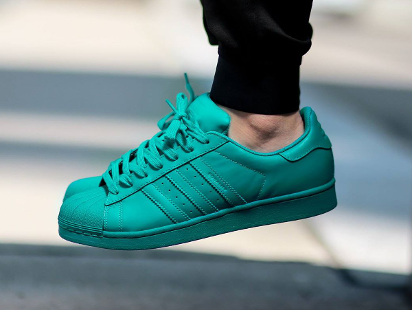 Adidas Superstar x Pharrell Williams Supercolors 'Equality' aux pieds-10