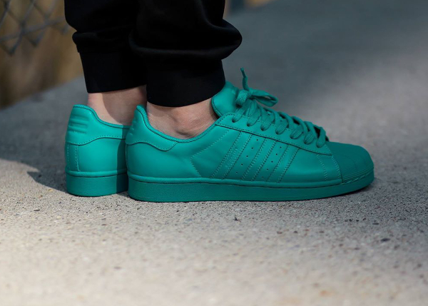 Adidas Superstar x Pharrell Williams Supercolors 'Equality' aux pieds-11