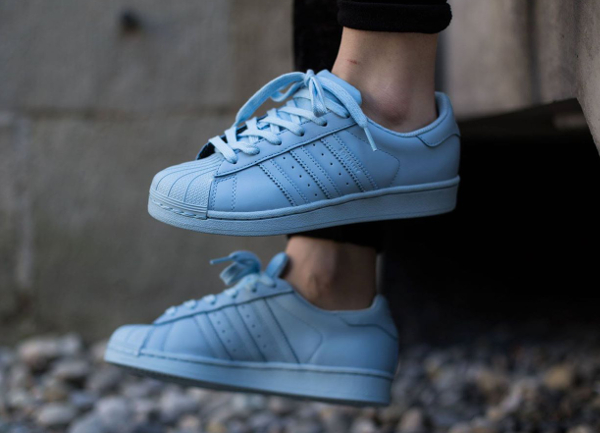 Adidas Superstar x Pharrell Williams Supercolors 'Equality' aux pieds-2