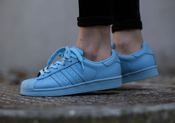 Adidas Superstar Supercolor x Pharrell Williams 'Equality' aux pieds-3