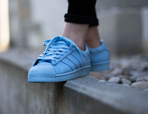 Adidas Superstar x Pharrell Williams Supercolors 'Equality' aux pieds-4