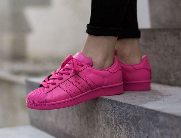 Adidas Superstar Supercolor 'Equality' aux pieds-5