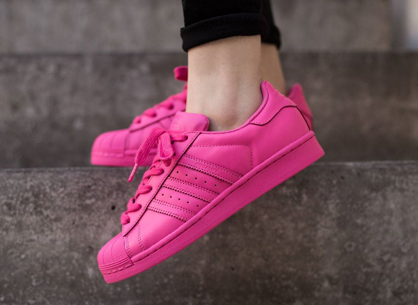 Adidas Superstar x Pharrell Williams Supercolors 'Equality' aux pieds-6