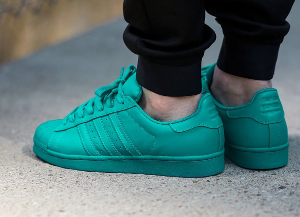 Adidas Superstar x Pharrell Williams Supercolors 'Equality' aux pieds-9