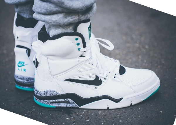 Nike Air Command Force White Wolf Grey Hyper Jade aux pieds (1)
