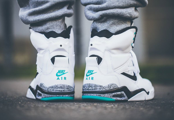 Nike Air Command Force White Wolf Grey Hyper Jade aux pieds (2)