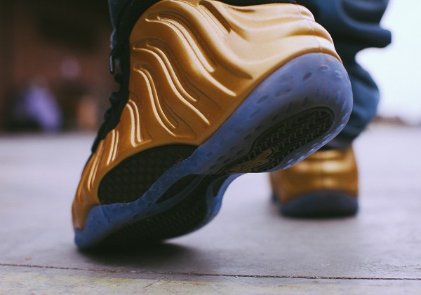 Nike Air Foamposite 'Metallic Gold' aux pieds (1)