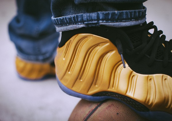 Nike Air Foamposite 'Metallic Gold' aux pieds (2)