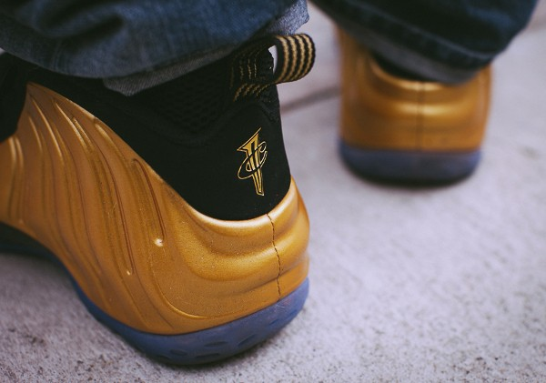 Nike Air Foamposite 'Metallic Gold' aux pieds (4)