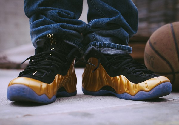 Nike Air Foamposite 'Metallic Gold' aux pieds (6)