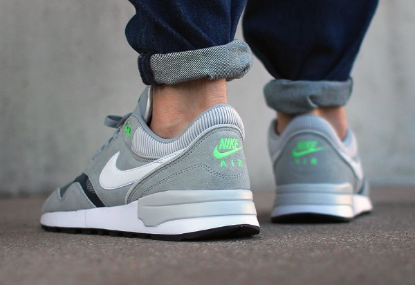 Nike Air Odyssey Silver White Charcoal aux pieds (1)