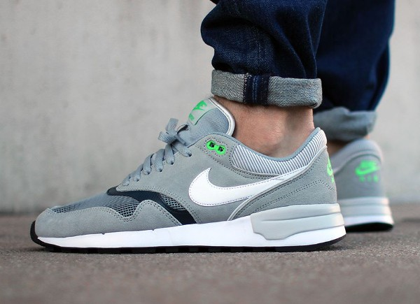 Nike Air Odyssey Silver White Charcoal aux pieds (2)
