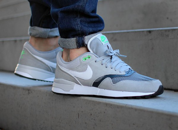 Nike Air Odyssey Silver White Charcoal aux pieds (3)