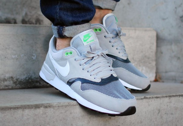 Nike Air Odyssey Silver White Charcoal aux pieds (4)
