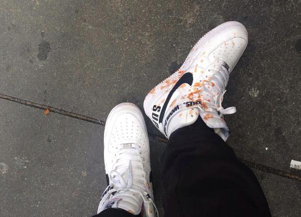 renverser sauce sur ses sneakers