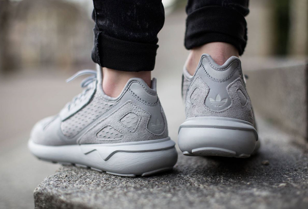 D'autres Adidas Tubular Runner monochromes arrivent cette semaine. On a le choix entre une sneaker en suède noir ou gris. Elles sont en vente (135 euros) ...