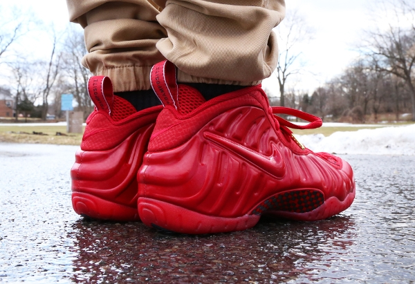 Nike Air Foamposite  Gym Red October (rouge) aux pieds (2)