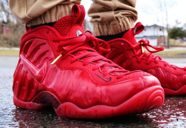 Nike Air Foamposite Gym Red October (rouge) aux pieds (3)