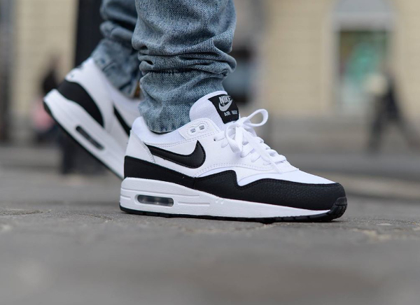 Nike Air Max 1 Essential White Metallic Silver Black aux pieds