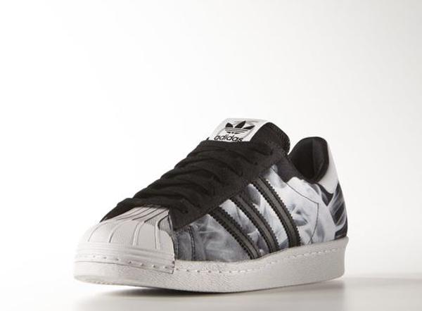 Cette sneaker créée en collaboration avec la rappeuse britannique est recouverte par un motif de fumée blanche imprimé en haute définition.