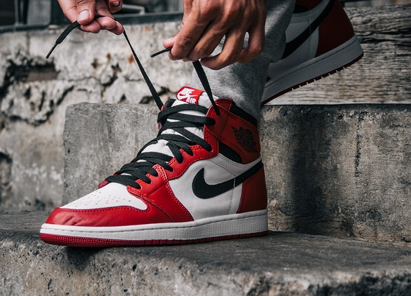 Air Jordan 1 High OG Chicago Retro 2015 aux pieds (1)