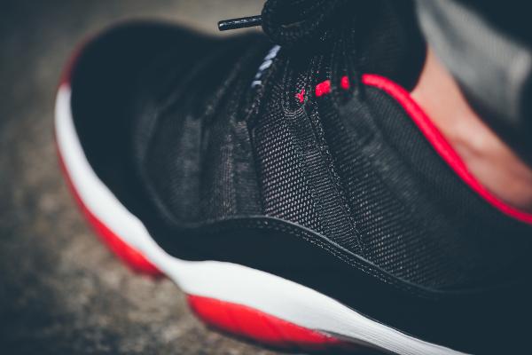 Air Jordan 11 True Red aux pieds (4)