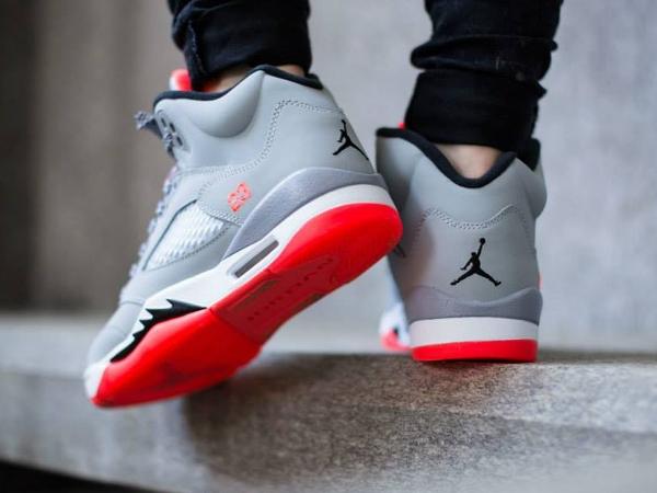 Air Jordan 5 Retro GG Wolf Grey Hot Lava aux pieds (3)