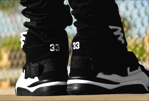 Ewing Concept Black White Retro aux pieds (3)