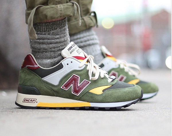 New Balance M577 Test Match Dark Green Yellow aux pieds