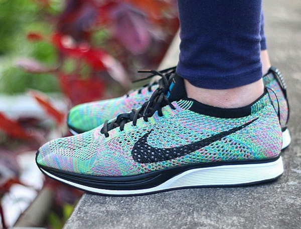 Nike Flyknit Racer Rainbow Multicolor 2.0 aux pieds (2)