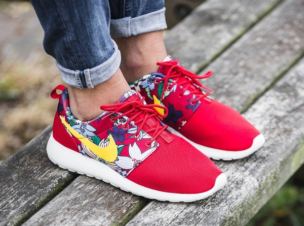 Nike Roshe Run Print Aloha Red Floral aux pieds