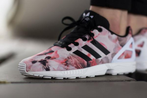 basket adidas zx flux rose et motif fleuri