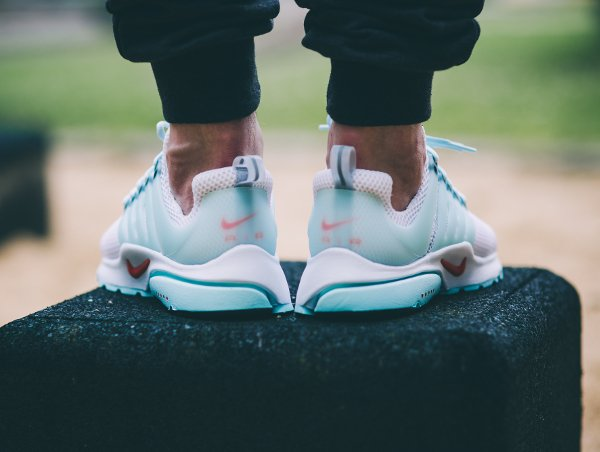 Nike Air Presto QS White Oriental Poppy aux pieds (1)