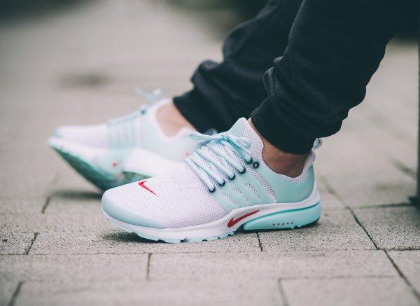 Nike Air Presto QS White Oriental Poppy aux pieds (2)
