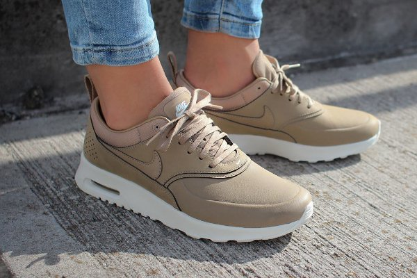 basket nike air max femme beige background