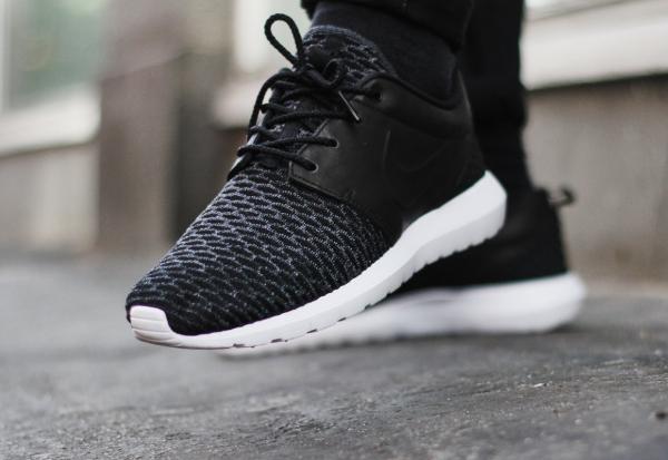 Nike Roshe Une Prime Flyknit Fond Noir Et Blanc