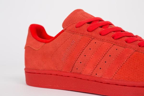 innovative design 3476d 3d2da La marque au trois bandes remet ça avec une autre sneaker rouge mais en daim  perforé. En vente chez Zalando.fr (100 euros)   voir la paire. Adidas  Superstar ...