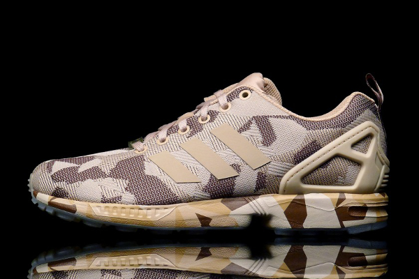 La partie supérieure ainsi que la semelle extérieure sont ornées par le motif militaire. En vente chez Adidas.fr (100 euros) : voir les paires.