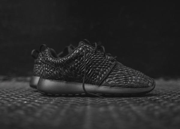 Nike Wmns Roshe One Diamondback noire (1)