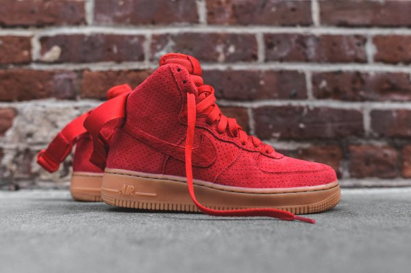 Basket Nike Wmns Air Force 1 montante daim rouge perfore