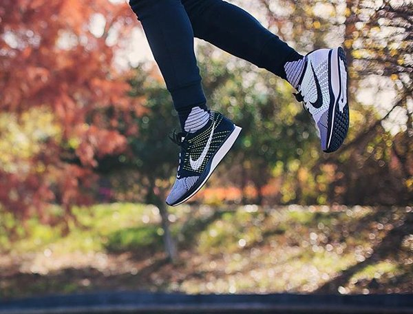 Gros plan sur la Nike Flyknit Racer 'Orca' Black White Neon