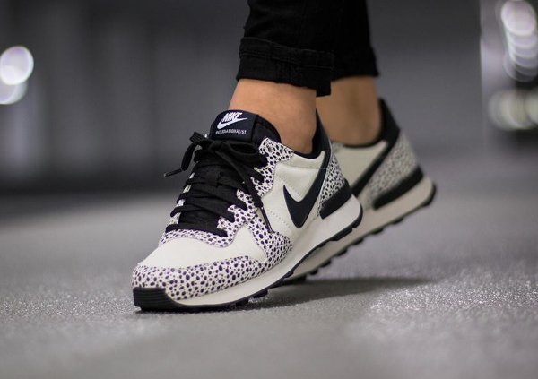 reputable site db51a 8e504 Nike Internationalist Safari White Black Light Gum (femme) (1)