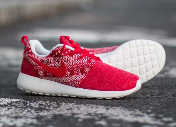 e40cca1df7883 ... Nike Roshe Run inspiré par les ugly Christmas sweaters. Les motifs  tricotés évoquent nos bons vieux pulls qui tiennent chaud