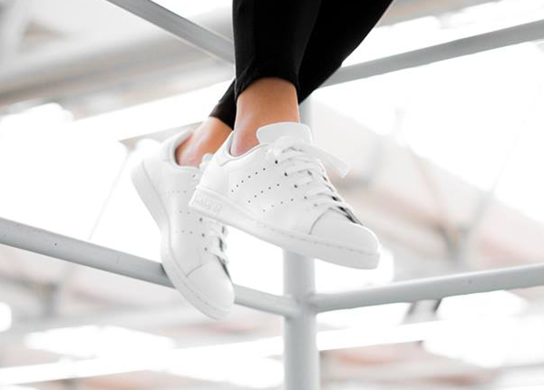 la adidas stan smith 39 blanche 39 triple white en 8 images. Black Bedroom Furniture Sets. Home Design Ideas